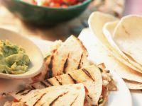 Tortillas vom Grill mit Käse und Tomaten