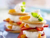 Turm aus Plätzchen, Sahne, Erdbeeren und Pfirsichen Rezept