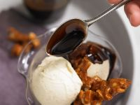Vanilleorangeneis mit Macadamianüssen und Schokosoße Rezept