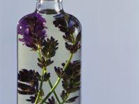 Verkorkte Glasflasche mit Lavendelschnaps Rezept