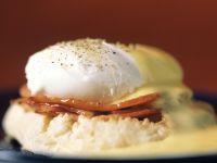 Verlorenes Ei mit Speck auf Brötchen Rezept