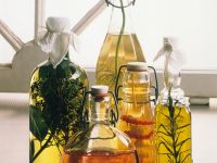 Verschiedene selbstgemachte Essige & Öle Rezept