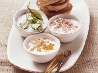 Kleine Buchweizen-Pfannkuchen (Blinis) mit verschiedenen Joghurtdips