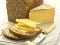 Vollkornkastenbrot mit Butter und Käse