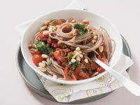 Vollkornnudeln mit Tomaten, Kräutern und Pinienkernen Rezept