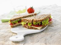 Vollkornsandwich mit Tomaten, Käse und Sprossen Rezept