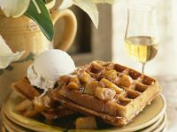 Waffeln mit Vanilleeis und Karamell-Äpfeln Rezept