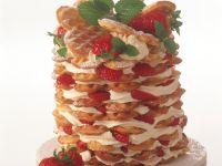 Waffelturm mit Erdbeeren und Schlagsahne Rezept