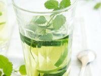 Waldmeisterbowle mit Limetten- und Gurkenscheiben Rezept