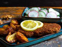 Walnuss-Schnitzel mit Ofenkartoffeln und Gurkensalat
