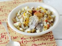 Weihnachtlicher Heringssalat mit Apfel, Gurken und Joghurtdressing Rezept