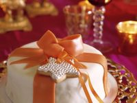 Weihnachtstorte im Marzipanmantel mit Schleife Rezept