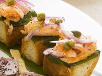 Weißbrot-Häppchen mit Lachs und roter Zwiebel Rezept