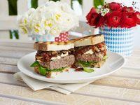 Weißbrotburger mit Zwiebeln und Weichkäse Rezept