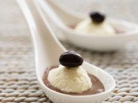Weiße Schokoladenmousse mit dunkler Schokoladensoße