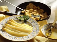 Weißer Spargel mit Buttersoße und Pfannkuchen