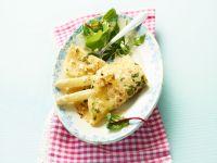 Weißer Spargel mit Pfannkuchen und Salat Rezept