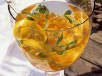 Weißweinbowle mit Aprikosen, Zitronenschale und Minze Rezept
