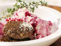 Wildfrikadellen mit Kartoffel-Rote-Bete-Püree Rezept