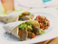 Wraps mit Bratwürstchen, Salsa und Avocado gefüllt Rezept