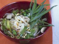 Würzige Gemüsesuppe mit Sprossen von Mungbohnen Rezept