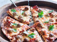 Wurst-Pizza mit Fleischbällchen Rezept