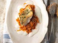 Zander mit Paprika-Sauerkraut und Rieslingsauce Rezept