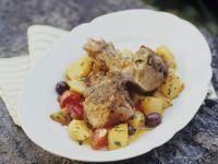 Zicklein mit Kartoffeln, Oliven und Tomaten Rezept