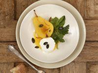 Ziegenfrischkäse und Gewürzbirne mit kleinem Salat Rezept