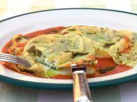 Ziegenkäseravioli mit Tomatenbutter und Pesto Rezept