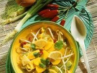 Zitronensuppe mit Hähnchen mit Kartoffeln und Sojasprossen
