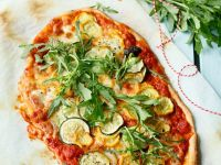 Zucchini-Pizza mit Oliven Rezept