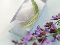 Zucker mit Salbeiblüten für Zuckerblüten Rezept