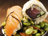 Zweierlei Sushi auf grünen Sojabohnen Rezept