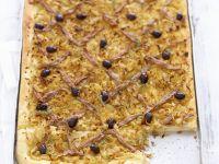 Zwiebel-Anchovis-Kuchen mit Oliven Rezept