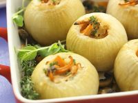 Zwiebeln mit Gemüsefüllung