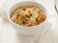 Zwiebelsuppe mit Brot Rezept