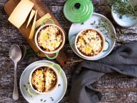 Zwiebelsuppe mit überbackenem Vollkornbaguette Rezept