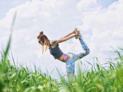 Was soll ich nach dem Training essen_ Frau beim Yoga