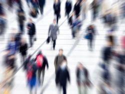 Panikattacken - Viele Menschen auf einem Platz