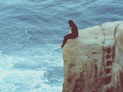 Schizophrenie: Frau auf einem Felsen