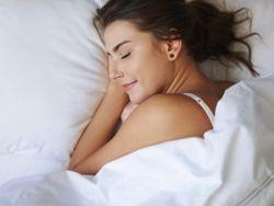 Befolgt man ein paar Schlaftipps, steht der erholsamen Nachtruhe fast nichts im Wege. © gpointstudio