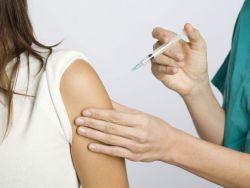 Frau wird geimpft - Welche Impfung ist notwendig?