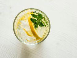Zitrone in Wasser