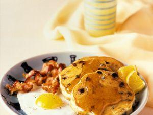 Amerikanische Pfannkuchen mit Spiegelei, Bacon und Sirup Rezept