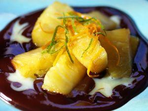 Ananas mit Vanille- und Schokoladensauce Rezept