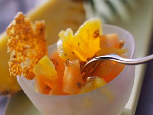 Ananassalat mit Melone und Krokant Rezept