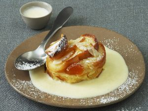 Apfel-Brot-Auflauf mit Mandeln und Vanillesoße (Ofenschulpfer) Rezept