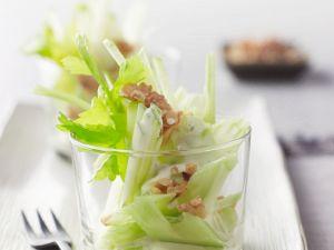 Apfel-Sellerie-Salat mit Nüssen Rezept