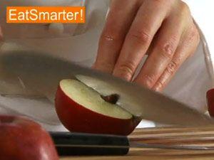 Einen Apfel vierteln und entkernen